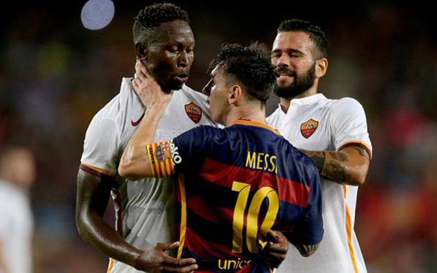Messi forcejeando con un rival